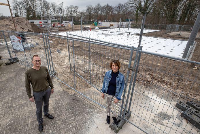 Huisartsen Maud Roelofsen en Caspar vanSambeek op de plek waar het nieuwe gezondheidscentrum moet komen