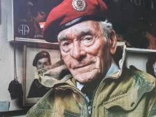 Slag om Arnhem veteraan Tom Hicks (1919-2021) reikte golfprijzen uit op zijn voormalig landingsveld