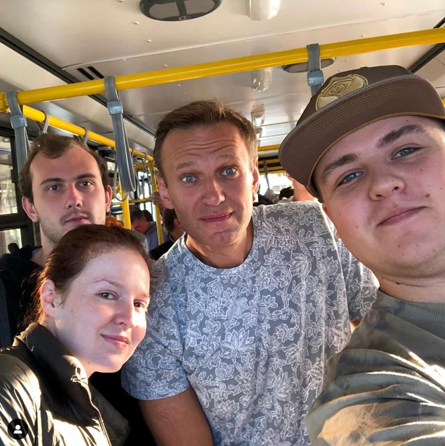 Vlak voordat hij in het vliegtuig stapte waar hij doodziek uitkwam poseerde Nalvalny nog met fans in de bus van het vliegveld.