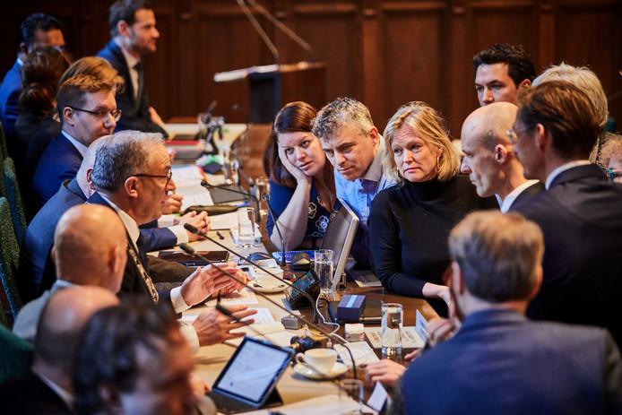 De Rotterdamse raadsvergadering. Burgemeester Aboutaleb roept fractievoorzitters even tot de orde.