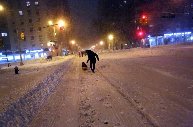 Amerikanen maken van Snowzilla gebruik om ook te genieten van de vele sneeuw. Beeld getty