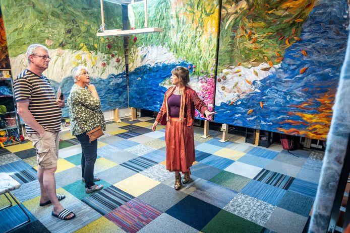 Kunstenares Marian Verdonk (r) van Acousme leidt geïnteresseerden rond.