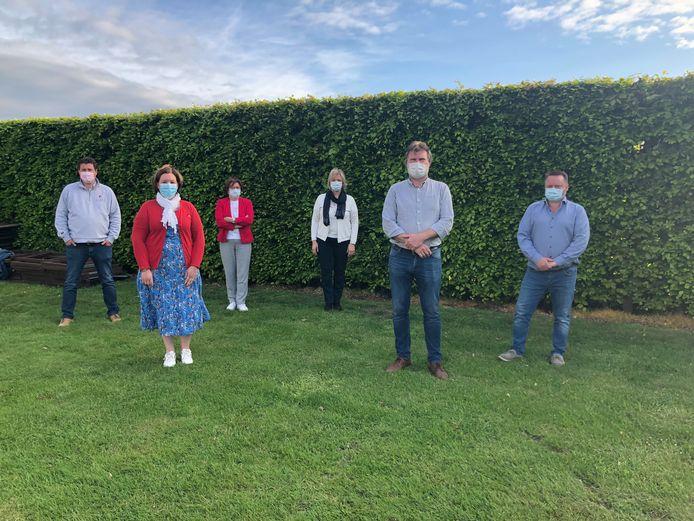 De verenigde oppositie met vlnr: Sven De Donder, Leen Baert, Nicole Van Der Straeten, Marleen Van De Populiere, Gert Van Driessche en Nico De Wulf.