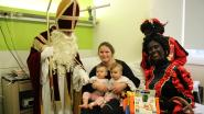 Sinterklaas en Zwarte Pieten verwennen patiëntjes op de dienst pediatrie