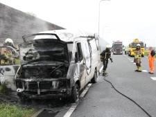Bedrijfsbus vliegt in brand op N35 bij Wierden, weg weer vrijgeven
