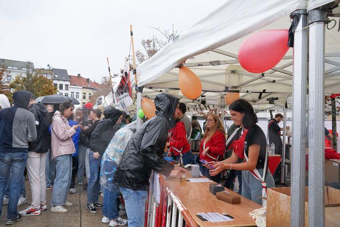 Voor een habbekrats konden studenten drank en eten aan de kraampjes verkrijgen. Students On Stage is een belangrijke bron van inkomsten voor de vele verenigingen.