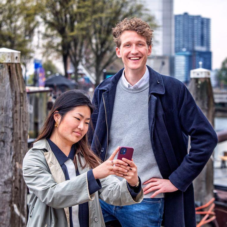 Marsha Goei (l) en Joris van Doorninck, oprichters van de datingapp Breeze.  Beeld Raymond Rutting / de Volkskrant