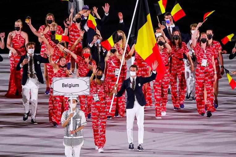 De Belgische delegatie, met vlaggendragers Nafi Thiam en Félix Denayer, komt het Olympic Stadium binnen voor de openingsceremonie van de Spelen in Tokio. Beeld BELGA