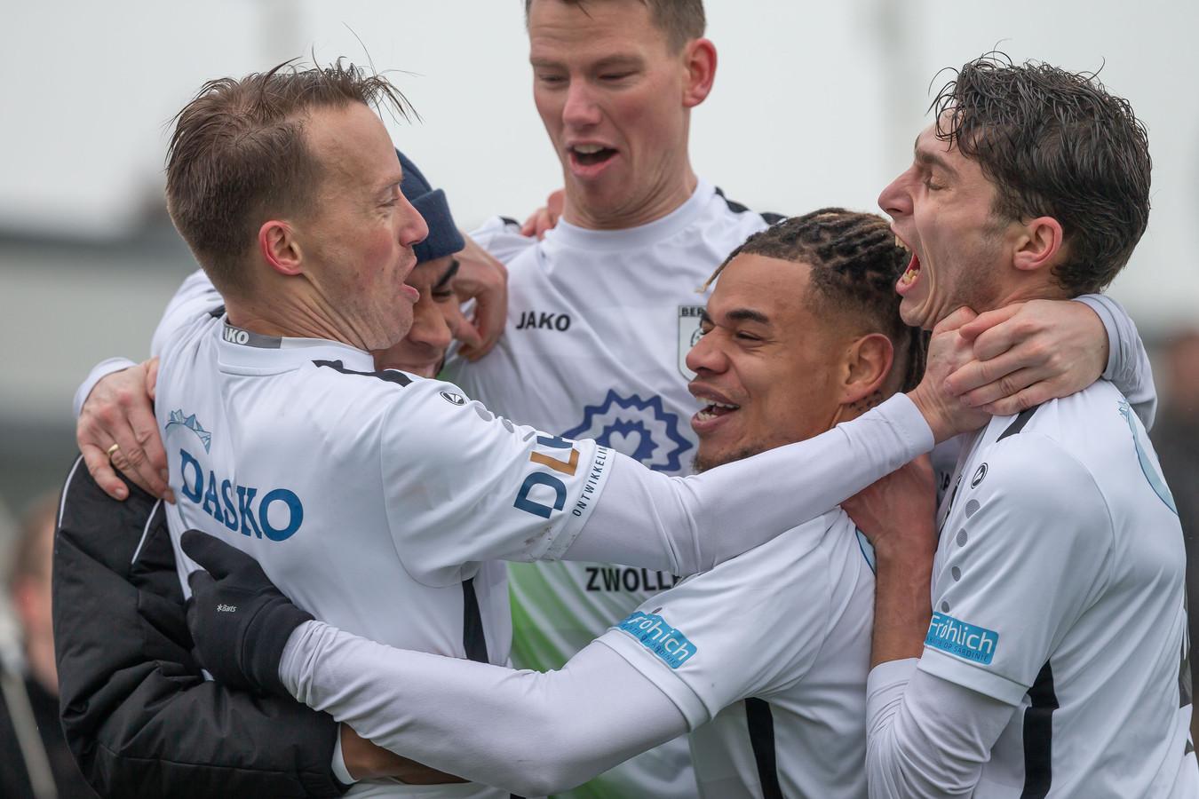 Chris van der Meulen (l) en Marc van der Meulen (m) blijven komend seizoen bepalende spelers van Berkum.