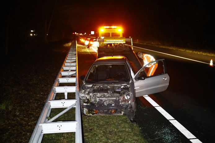 Auto helemaal kapot na ongeluk op snelweg A28.