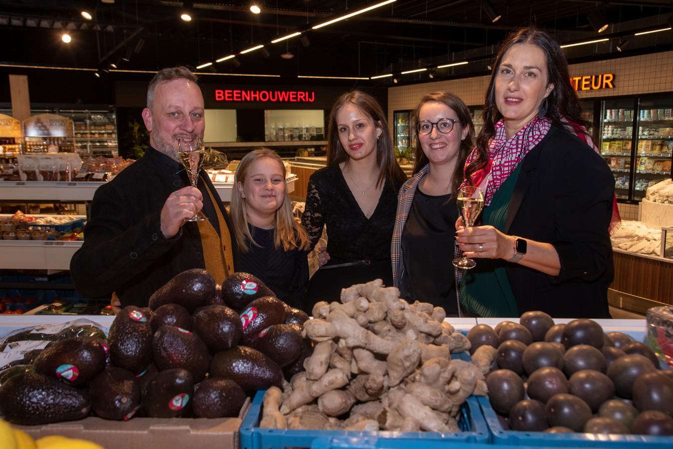 Philippe, Ella, Marie, Lotte en Eva in de nieuwe Spar in Kalken.