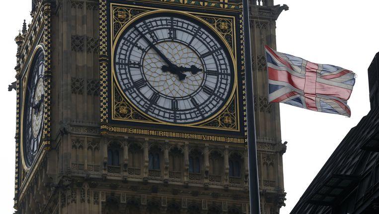 De vlag hangt halfstok voor Margaret Thatcher. Op de achtergrond de Big Ben in Londen. Beeld ap