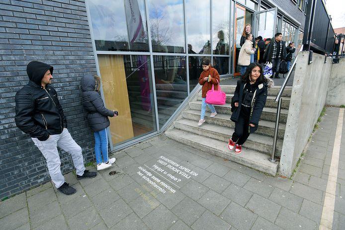 Bij basisschool De Fontein in Dordrecht is een 'tag' aangebracht. Wachtende ouders mogen er bij het schoolplein geen sigaret opsteken.