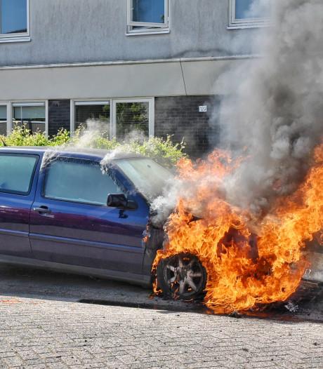 Auto verwoest na brand in Tilburg