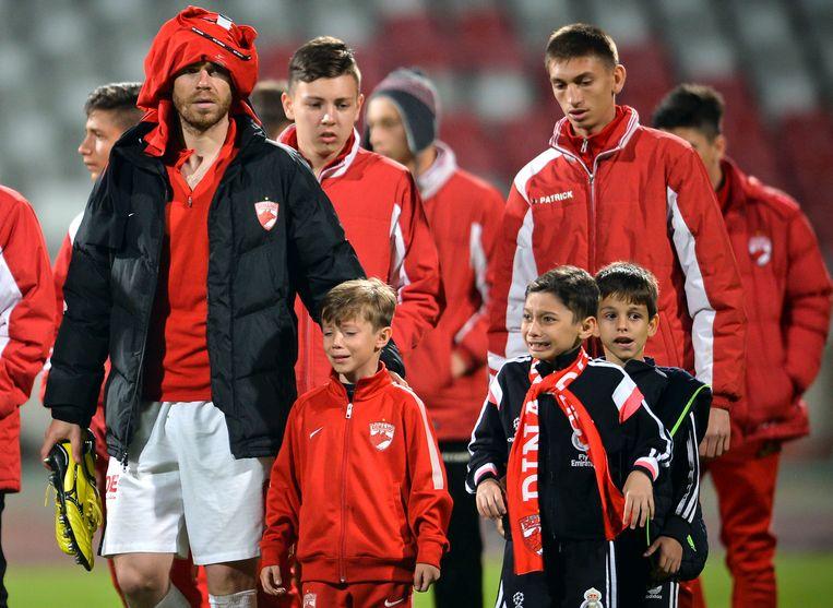 Dinamo-spelers begeleiden huilende kinderen weg nadat Ekeng is neergestort. Beeld AP