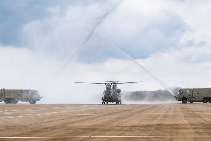Bij de officiële overdracht van de eerste nieuwe Chinook op vliegbasis Gilze-Rijen wordt deze met waterbogen onthaald.