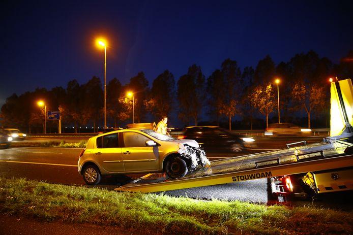 De bestuurder van deze auto raakte gewond bij knooppunt Hattemerbroek toen hij slipte en tegen een lantaarnpaal botste.