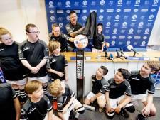 Johnny's elftal onthult eredivisiebal in Zwolle: 'Tijdrekken is stom'
