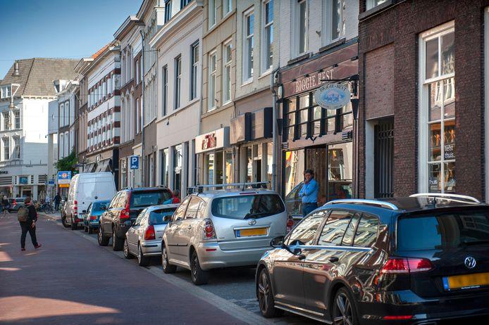 Parkeren in Den Bosch, zoals op de Vughterstraat wordt duurder.