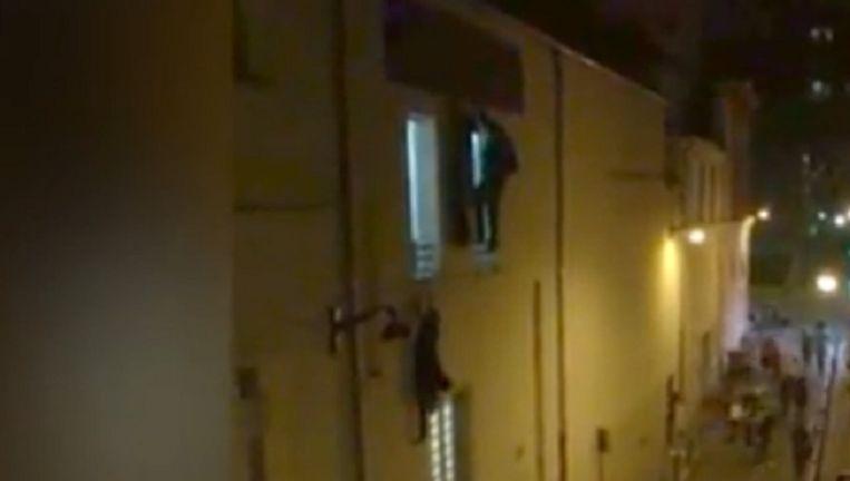 De zwangere vrouw hangt aan het raam Beeld Screenshot