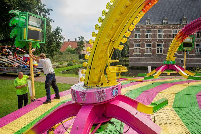 Opbouw van de kermis in Wijchen achter het kasteel.