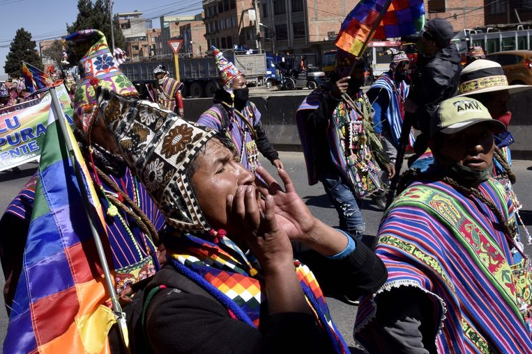 Aanhangers van de afgezette president Evo Morales demonstreren in La Paz eisen dat de verkiezingen op 6 september worden gehouden in plaats van op 18 oktober. Beeld AFP