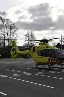Fietser valt lelijk in Emst, traumahelikopter landt voor hulpverlening bij McDonald's