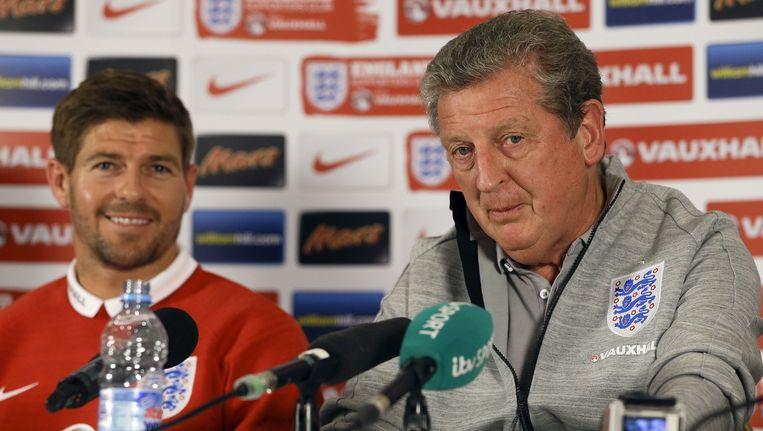 Hodgson (rechts) naast Steven Gerrard