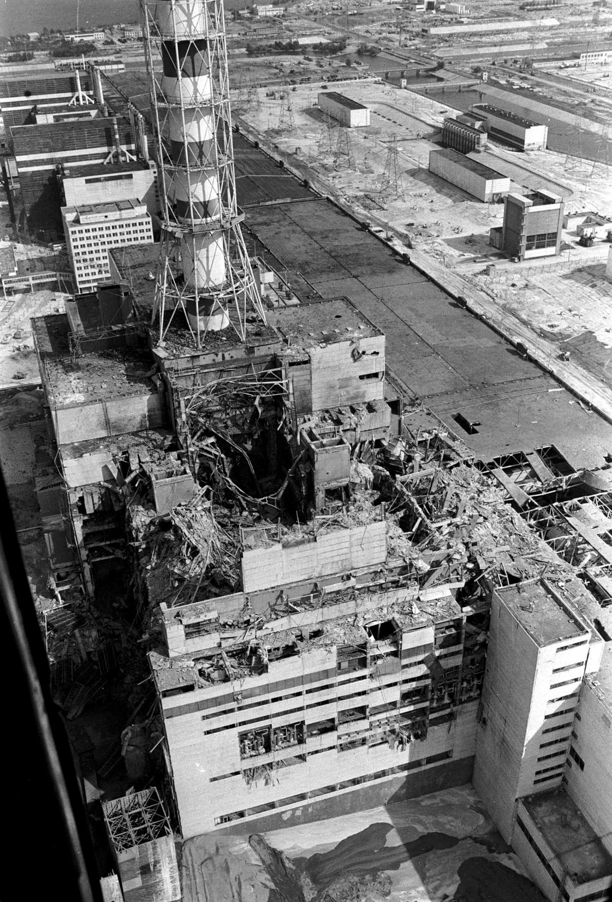 De vernielde reactor in april 1986. De omvang van de ramp was zelfs voor de werknemers niet duidelijk. Beeld AFP