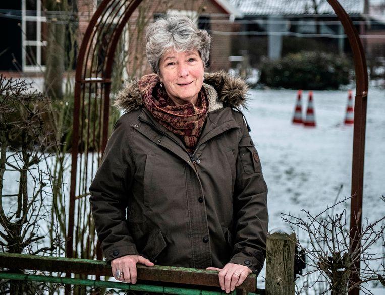 Joanne Ellenkamp  bij haar huis in Ratum.  Beeld Koen Verheijden