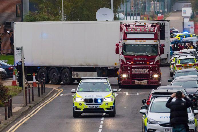 De politie begeleidt de bewuste truck.