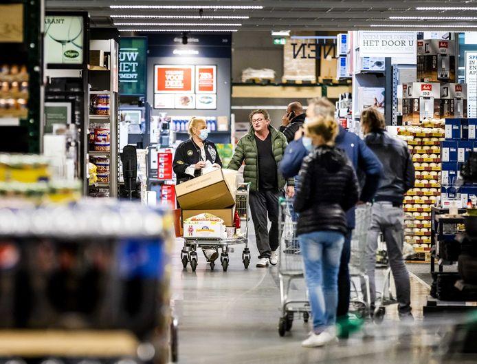 Klanten in een filiaal van groothandel Sligro. Meerdere groothandels openen hun deuren weer voor consumenten, om de druk op reguliere supermarkten te verlichten.