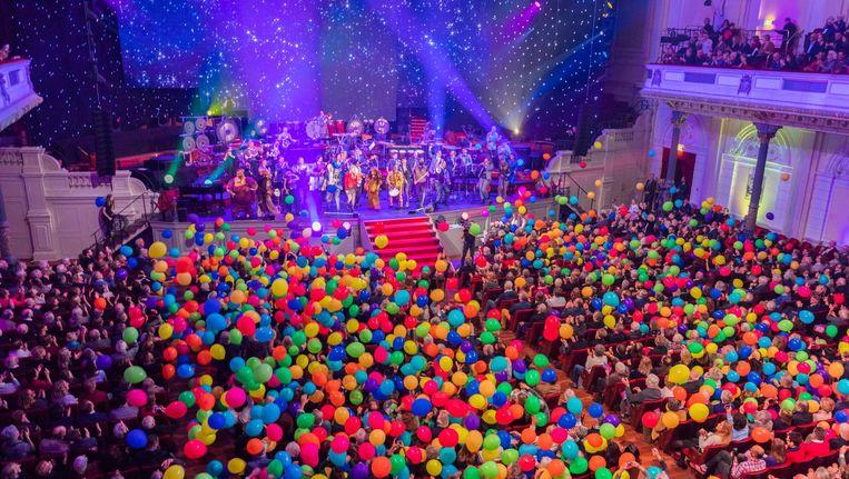 Ballonnen in de Grote Zaal van het Concertgebouw; dat kan alleen maar het Nieuwjaarsconcert van het Nederlands Blazers Ensemble zijn. Thema was ditmaal de kwetsbaarheid van de aarde Beeld NBE