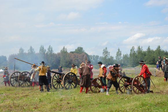 De kanonnen worden in gereedheid gebracht tijdens 'Ninove 1692' op Doorn Noord.