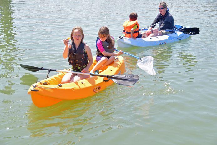 Guusje, de peddelaarster in de oranje kajak is de bedenker van de opschoonactie in de wateren van de jachthaven van Breskens.