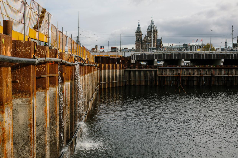 Het uitgegraven bassin voor het CS aan de Prins Hendrikkade  is deel van het bouwproject Entree.  Beeld Marc Driessen