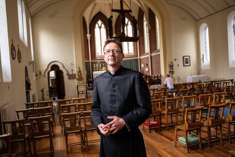 David Ackerman in zijn kerk de St John The Evangelist, die open blijft ondanks de lockdown. Beeld Antonio Olmos