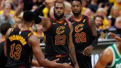 James brengt Cavaliers eigenhandig weer op gelijke hoogte en is alweer een record rijker