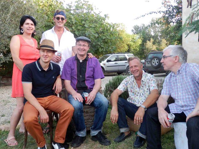 De No Johnnies waren in 2014 al eens te gast bij Johnny in Tunesië. Zittend vlnr Michele Cordaro, Johan Vanderaspoilden, Jan Demeulemeester en Dirk Devos. Staande een trouwe fan en Patrick Elet.