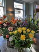 Zeg het met bloemen. Een tafel vol op tafel in Pieters Restaurant.