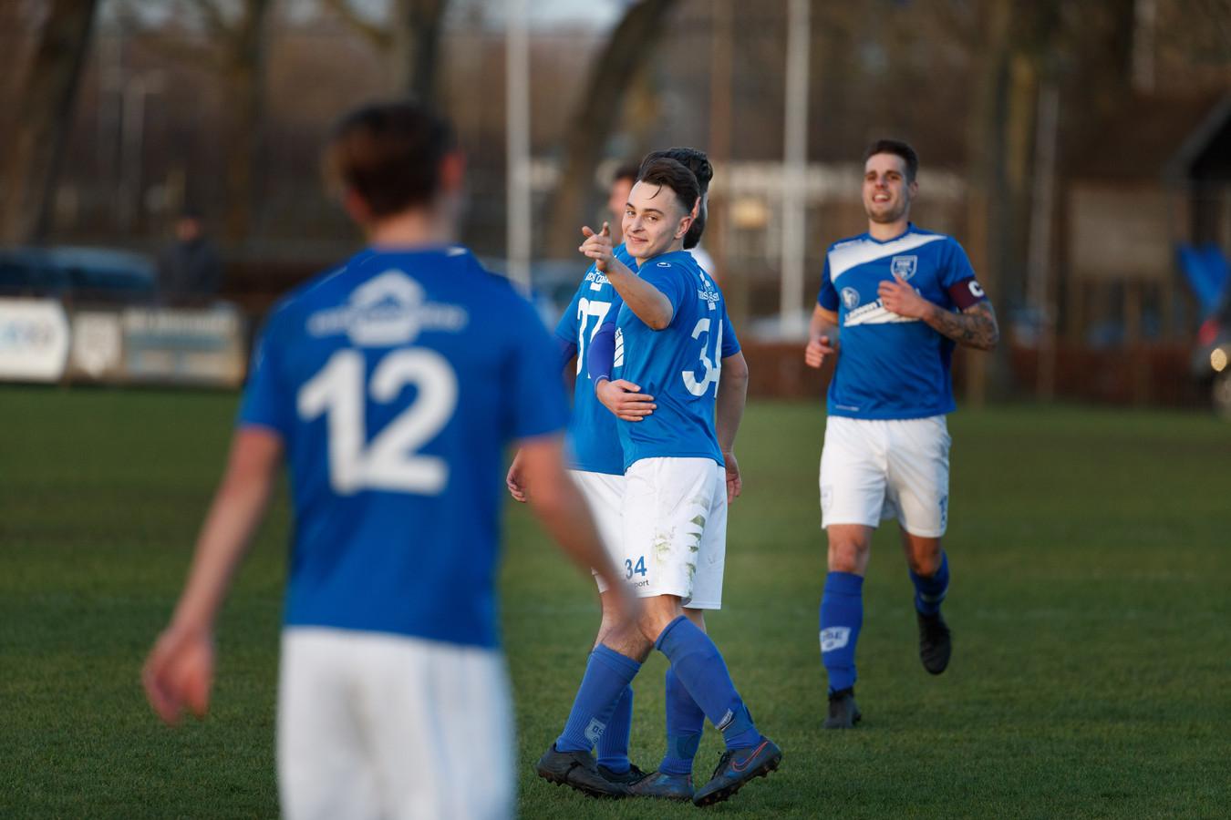 DSE-speler Pieter Foesenek viert de 4-1 met zijn ploeggenoten.