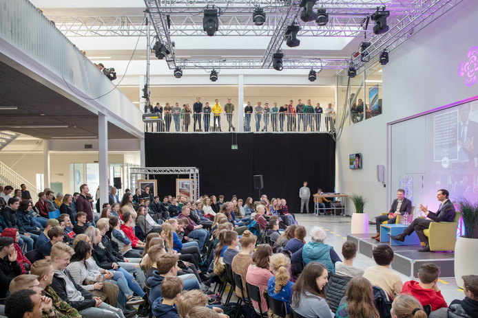 Minister Wopke Hoekstra (rechts) beantwoordt vragen van studenten en scholieren van de Kenniscampus in Ede.