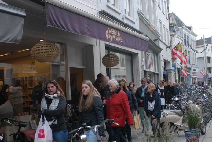 De Wereldwinkel in de Vughtstraat. De paars-gele luifel zal t.z.t. nog vervangen worden.