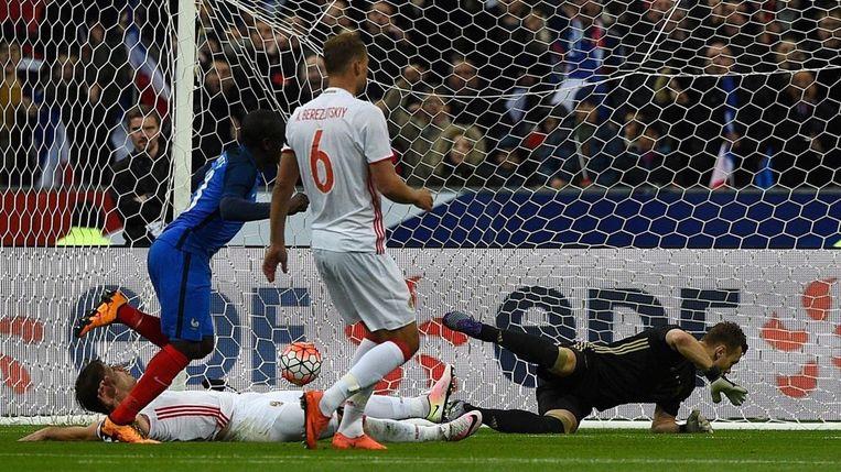 N'Golo Kanté scoort zijn eerste treffer voor Frankrijk. Beeld afp