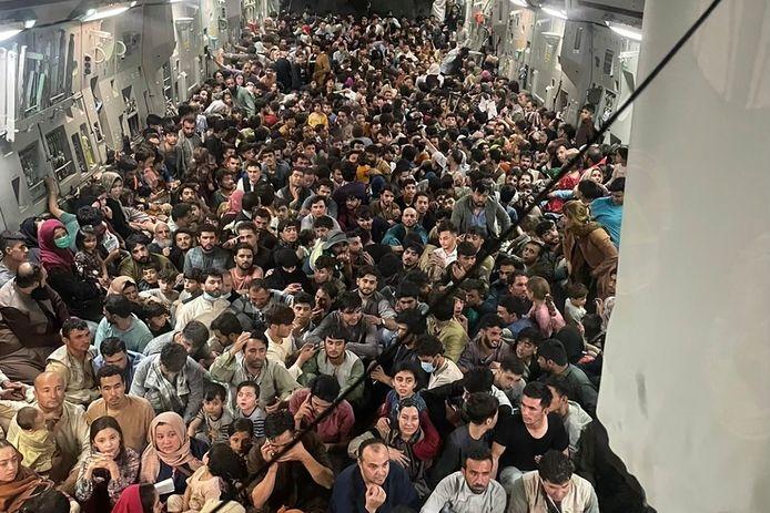 Een overvol Amerikaans C-17-transportvliegtuig met aan boord tientallen Afghaanse geëvacueerden op 15 augustus, de dag van de machtsovername door de taliban.