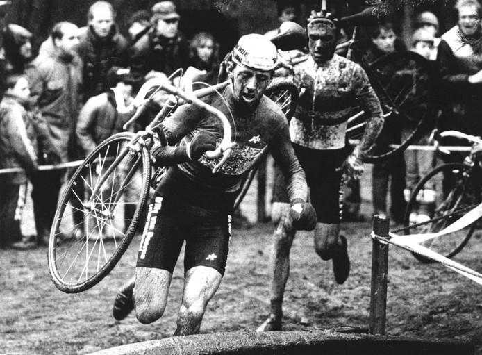 Hennie Stamsnijder leidt tijdens een veldrit in Valkenswaard voor Roland Liboton.