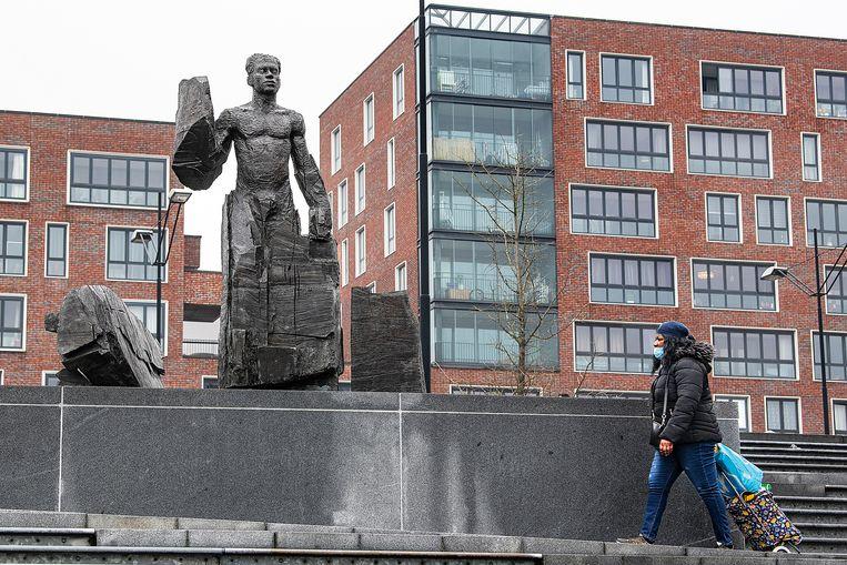 Het beeld van Anton de Kom in Amsterdam Zuid-Oost. Beeld Guus Dubbelman / de Volkskrant
