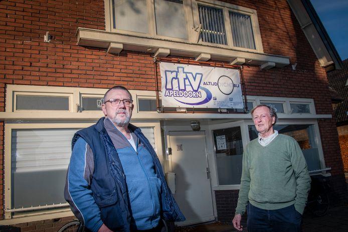 Voorzitter Arjan Speelman (rechts) en stationmanager Theo Witlox voor de studio van RTV Apeldoorn aan de Arnhemseweg. Foto archief