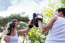 Personal trainer geeft een-op-een lessen, bokstrainingen en bootcamps.