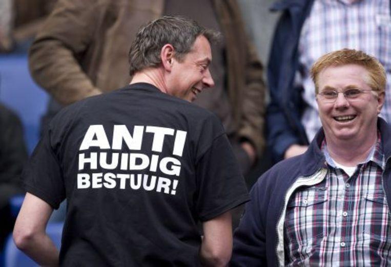 Een Ajax-supporter draagt zondag tijdens de wedstrijd tegen Heracles een shirt waarmee hij zijn onvrede tegen het Ajax-bestuur uit. ANP Beeld
